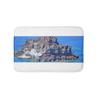 Roca volcánica en el mar en Santorin Grecia Alfombrilla De Baño