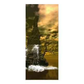 Rocas en el mar con las cascadas invitaciones personales
