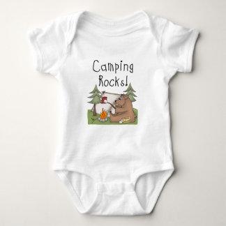Rocas que acampan camiseta