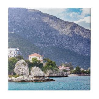 Rocas y montaña de las casas en el mar griego azulejo de cerámica