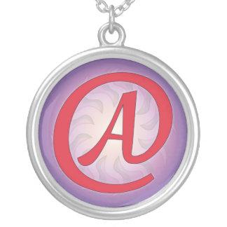 """Rojo """"A"""" en el collar pendiente púrpura"""
