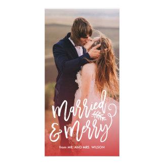 Rojo casado y feliz de la foto del día de fiesta tarjetas fotograficas
