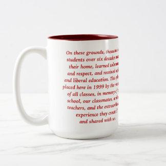 Rojo de la taza de la escuela del césped de la