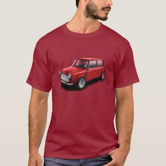 Rojo en la mini camiseta clásica marrón del coche