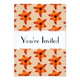 Rojo - flores anaranjadas del lirio, en color del invitación 12,7 x 17,8 cm