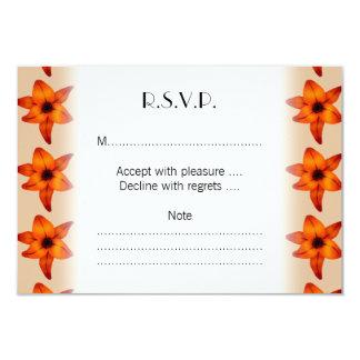 Rojo - flores anaranjadas del lirio, en color del invitación 8,9 x 12,7 cm