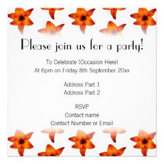 Rojo - flores anaranjadas del lirio en el fondo bl invitación