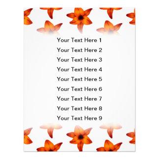Rojo - flores anaranjadas del lirio en el fondo bl comunicados personalizados
