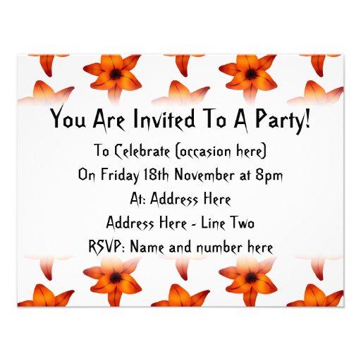 Rojo - flores anaranjadas del lirio en el fondo bl invitacion personal