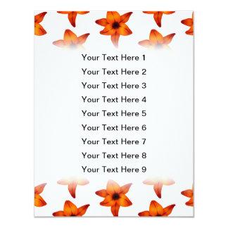 Rojo - flores anaranjadas del lirio en el fondo invitación 10,8 x 13,9 cm