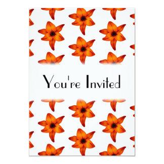 Rojo - flores anaranjadas del lirio en el fondo invitación 12,7 x 17,8 cm