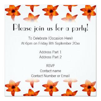 Rojo - flores anaranjadas del lirio en el fondo invitación 13,3 cm x 13,3cm