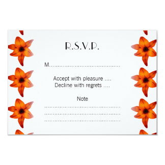 Rojo - flores anaranjadas del lirio en el fondo invitación 8,9 x 12,7 cm