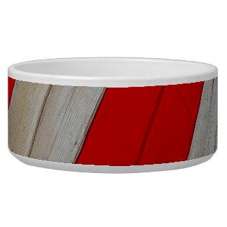 Rojo y cuenco del mascota del diseño de madera
