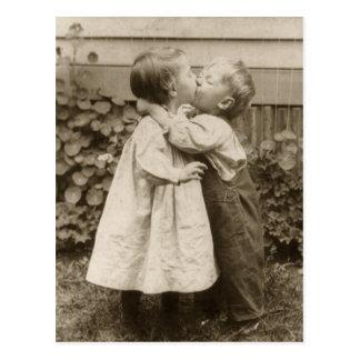 Romance del amor del vintage niños que se besan postal