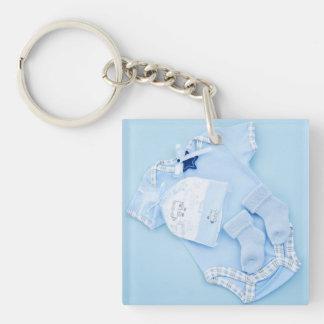 Ropa azul para la fiesta de bienvenida al bebé del llavero cuadrado acrílico a doble cara