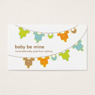 Ropa del bebé en una tarjeta de visita de la
