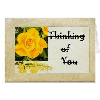 Rosa amarillo que piensa en usted tarjeta de felicitación