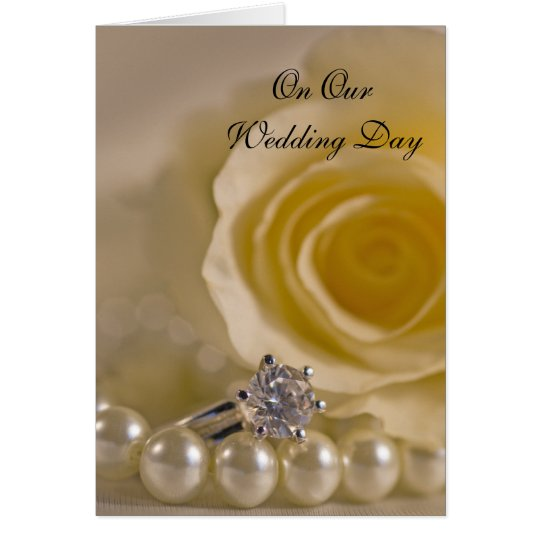 Rosa blanco, anillo y perlas nuestro día de boda tarjeta de felicitación