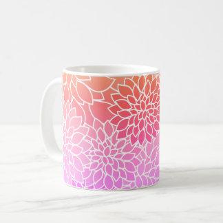 Rosa bonito, coral y taza de café floral blanca
