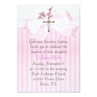 Rosa con la invitación del bautismo del chica