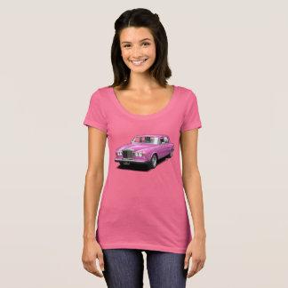 Rosa en la camiseta real de las señoras del coche