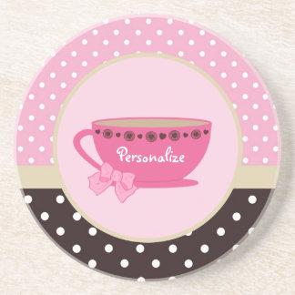Rosa femenino de la taza de té y arco y nombre del posavasos para bebidas