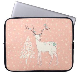 Rosa hermoso del reno y de los copos de nieve funda para portátil