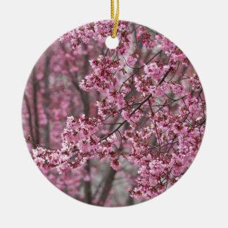 Rosa que fluye de las flores de cerezo de Sakura Adorno Navideño Redondo De Cerámica