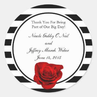 Rosa rojo en casarse negro y blanco de las rayas pegatina redonda