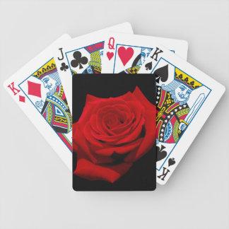 Rosa rojo en fondo negro baraja de cartas bicycle