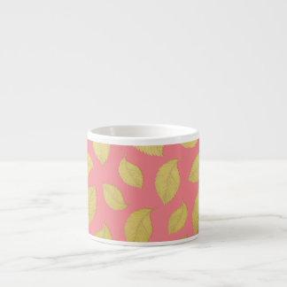 Rosa y hojas de otoño del oro - taza del café