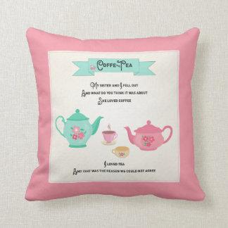 Rosa y verde de la rima del café y del té cojín decorativo