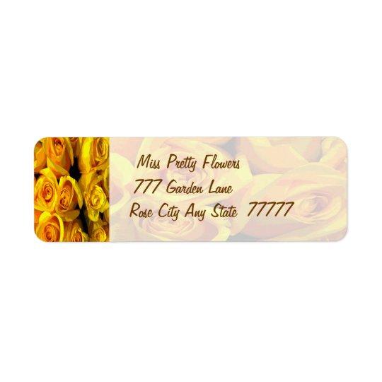 Rosas amarillos de oro brumosos etiquetas de remite