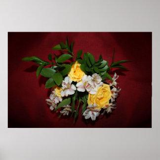 Rosas amarillos y lilas en rojo póster