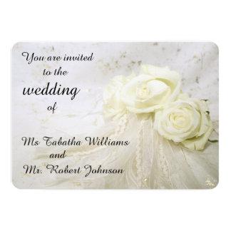 Rosas blancos magníficos que casan la invitación
