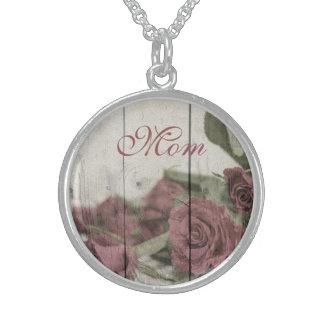 Rosas contra monograma esterlina de madera collar de plata de ley