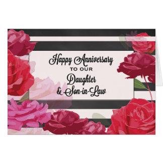 Rosas del aniversario de boda de la hija y del tarjeta de felicitación