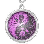 Rosas, púrpura y negro de Yin Yang Colgantes Personalizados