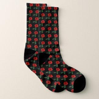 Rosas rojos en calcetines negros del modelo