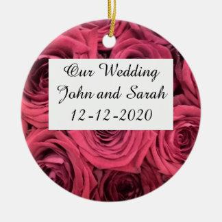 Rosas rojos que casan el ornamento adorno navideño redondo de cerámica