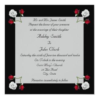 Rosas rojos y blancos que casan la invitación
