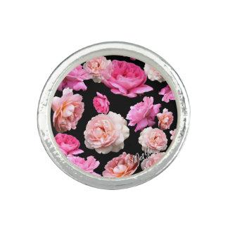 Rosas románticos en el anillo negro de la plata