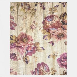 Rosas rosados del vintage en la manta de madera