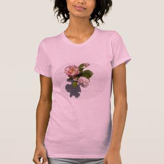 Rosas rosados en la camiseta