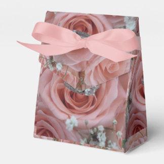 Rosas y caja de regalo del anillo