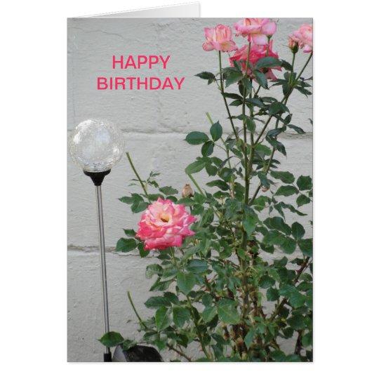 Rosas y claro rosados que miran la bola, tarjeta de felicitación
