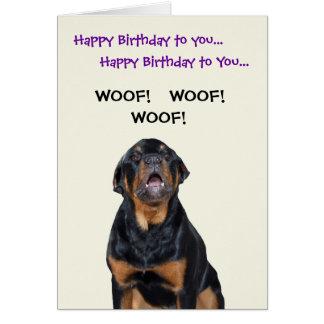 Rottweiler ve la tarjeta de cumpleaños del cartero