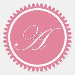 Rubrique el favor de fiesta rosado del sello del m pegatinas redondas