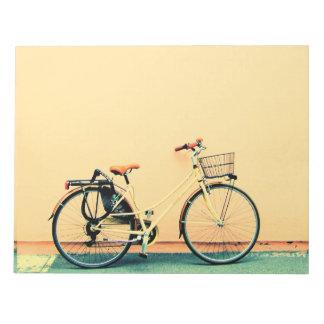 Rueda amarilla de la bicicleta dos de la cesta de bloc de notas